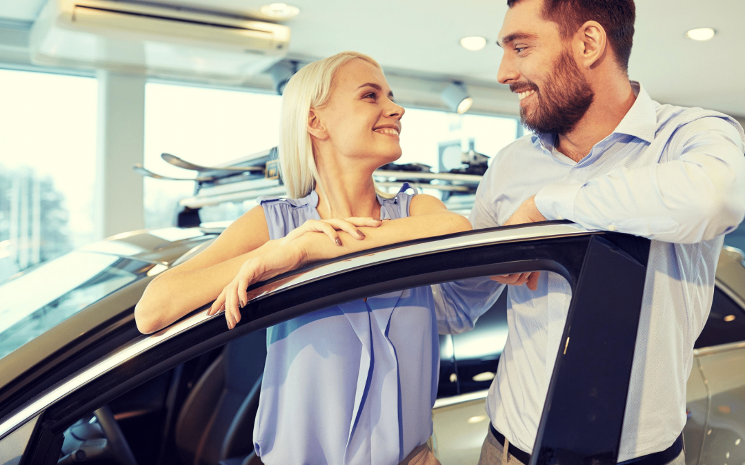 Par køber ny bil og er glade. bilforsikring, kaskoforsikring, ansvarsforsikring.