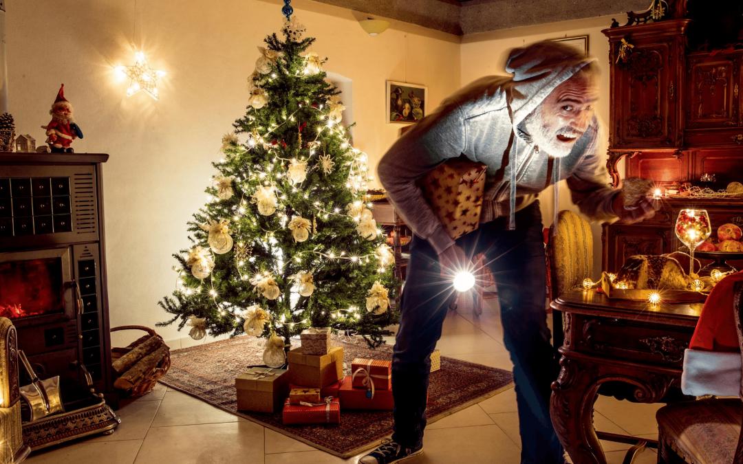 Tyv i dagligstuen stjæler julegaver om natten. Juletræet er pyntet og julelys er tændt. Tyveri i julen.